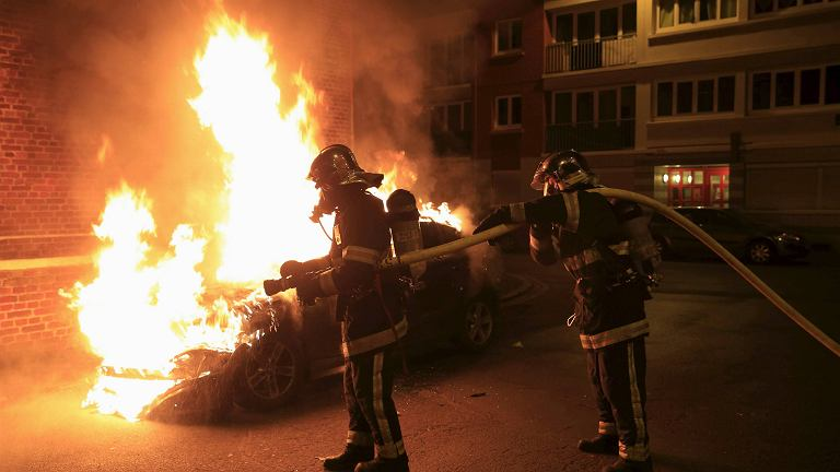 Płonący samochód we francuskim Lille