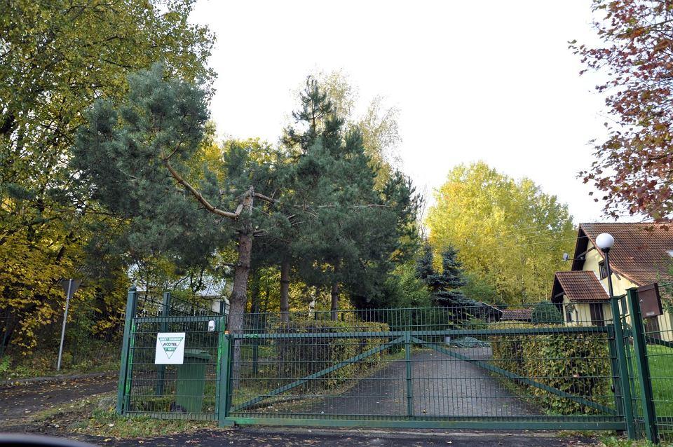 Prywatne domki na terenie byłego obozu w Jugowicach