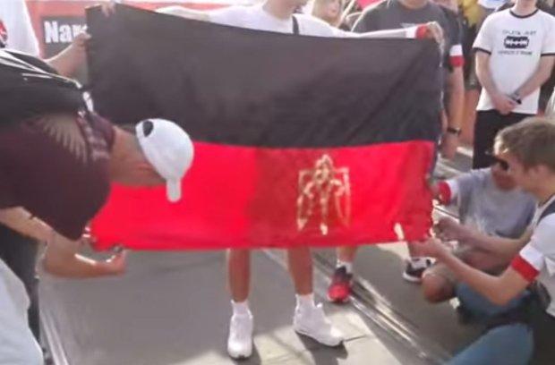 Spalenie flagi UPA podczas obchodów Powstania Warszawskiego w centrum stolicy