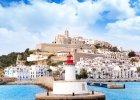 Ibiza pogoda: najcieplejszymi miesi�cami na Ibizie s� sierpie� i wrzesie� - 30�C. W czerwcu temperatura wynosi 22�C,  natomiast w lipcu i pa�dzierniku - 27�C. 2) Ibiza woda: morze u wybrze�y Ibizy najcieplejsze jest we wrze�niu (26�C), sierpniu i pa�dzierniku (25�C). W czerwcu temperatura wody wynosi zaledwie 18�C, w lipcu - 21�C. 3) Ibiza pla�e: Ibiza posiada ponad 30 pla�. Najd�u�sze wybrze�a z drobnym piaskiem znajduj� si� na po�udniowym wschodzie wyspy, w okolicy Ibiza Town. Cz�� zachodnia i zachodnio-p�nocna jest bardziej zatokowa. Jedn� z najd�u�szych, piaszczystych pla� jest Playa den Bossa, kt�ra dzi�ki temu, �e �agodnie opada do morza, jest bezpieczna dla dzieci. Jest to te� popularne miejsce uprawiania sport�w wodnych. Najd�u�sz� pla�� na wyspie jest pla�a Eivissy. 4) Ibiza atrakcje: g��wn� atrakcj� Ibizy s� oczywi�cie znane na ca�ym �wiecie dyskoteki. Te najbardziej znane znajduj� si� w okolicy Ibiza Town i San Antonio; Sant Josep de Sa Talaia - rezerwat przyrody obejmuj�cy saliny - p�ytkie nadmorskie zbiorniki, oddzielone groblami i kana�ami, z kt�rych pozyskuje si� s�l morsk�. Rezerwat jest siedliskiem 200 gatunk�w ptak�w; jaskinie Cova de Can Marca czy Cueva de Es Ucieram z ciekaw� szata naciekow�; Puig des Molins - muzeum archeologiczne. 5) Ibiza jedzenie: najwa�niejszymi sk�adnikami kuchni Ibizy s�: oliwa z oliwek i czosnek. Dania, kt�rych trzeba spr�bowa�, to: ensaimadas (ciasto francuskie z nadzieniem), tumbet (mieszanka warzyw zapiekana na ziemniakach) i arroz brut (ry� z warzywami i mi�sem). Jednak najbardziej charakterystycznym daniem Ibizy jest sofrit pages - g�sta zupa warzywna z kawa�kami mi�sa lub ryby.