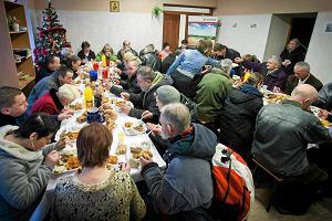 Julia�skie �wi�ta Bo�ego Narodzenia. Samotni i potrzebuj�cy przy wigilijnym stole z biskupem