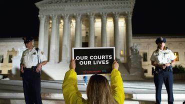 'Nasze sądy, nasze życie' - protest młodych aktywistów przed gmachem Sądu Najwyższego przeciwko mianowaniu do jego składu Bretta Kavanaugh, Waszyngton, 9 lipca 2018 r.