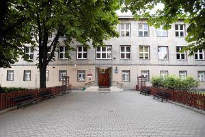 Radni zdecydowali: gimnazjum przy Twardej czeka wyprowadzka. Przez reprywatyzacj�