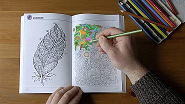 Dorośli pokochali kolorowanki. Wypełnianie obrysów kolorami relaksuje, uwalnia głowę od natłoku myśli i pozwala się skoncentrować