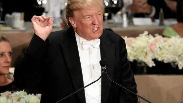 Donald Trump i Hillary Clinton uczestniczyli wczoraj wieczorem w charytatywnej kolacji organizowanej co roku przez Alfred E. Smith Memorial Foundation. Kolacja, na którą przybywa nowojorska śmietanka, tradycyjnie przebiega w lekkiej, żartobliwej atmosferze, a mówcy prześcigają się w żartach i autoironicznych komentarzach. Dla kandydatów do Białego Domu jest to zwykle odskocznia od poważnej kampanii, jednak tym razem, sądząc po reakcjach uczestników, atmosfera była chwilami bardzo ciężka. Republikański kandydat na prezydenta został wczoraj wybuczany, gdy atakował swą rywalkę