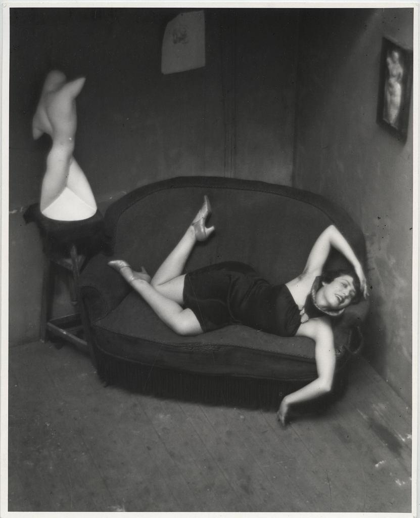 André Kertész, Tancerka z burleski (Magda Förstner), Paryż, 1926 /  Ministere de la Culture - Médiatheque du Patrimoine, Dist. RMN-Grand Palais / André Kertész (Dzięki uprzejmości André Kertész Memorial Museum, Szigetbecse, Węgry)