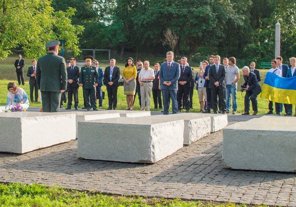 W 2016 r. prezydent Ukrainy Petro Poroszenko oddał hołd ofiarom zbrodni wołyńskiej. Złozżył wiązankę kwiatów i zapalił znicz przed pomnikiem ofiar zbrodni na Skwerze Wołyńskim na warszawskim Żoliborzu.