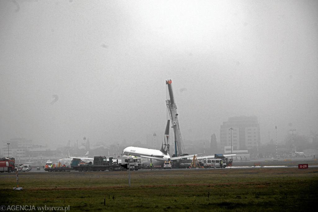 Jedno z najsłynniejszych awaryjnych lądowań w ostatnich latach odbyło się 1 listopada 2011 r. na Lotnisku Chopina w Warszawie. Było to jedyne w historii tego portu lotniczego lądowanie ze schowanym podwoziem (fot. Robert Kowalewski / Agencja Gazeta)