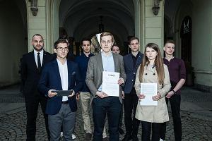 Młodzieżowa organizacja polityczna ogłasza spontaniczne poparcie dla Ujazdowskiego. Sprawdzamy i okazuje się, że to jego pracownicy