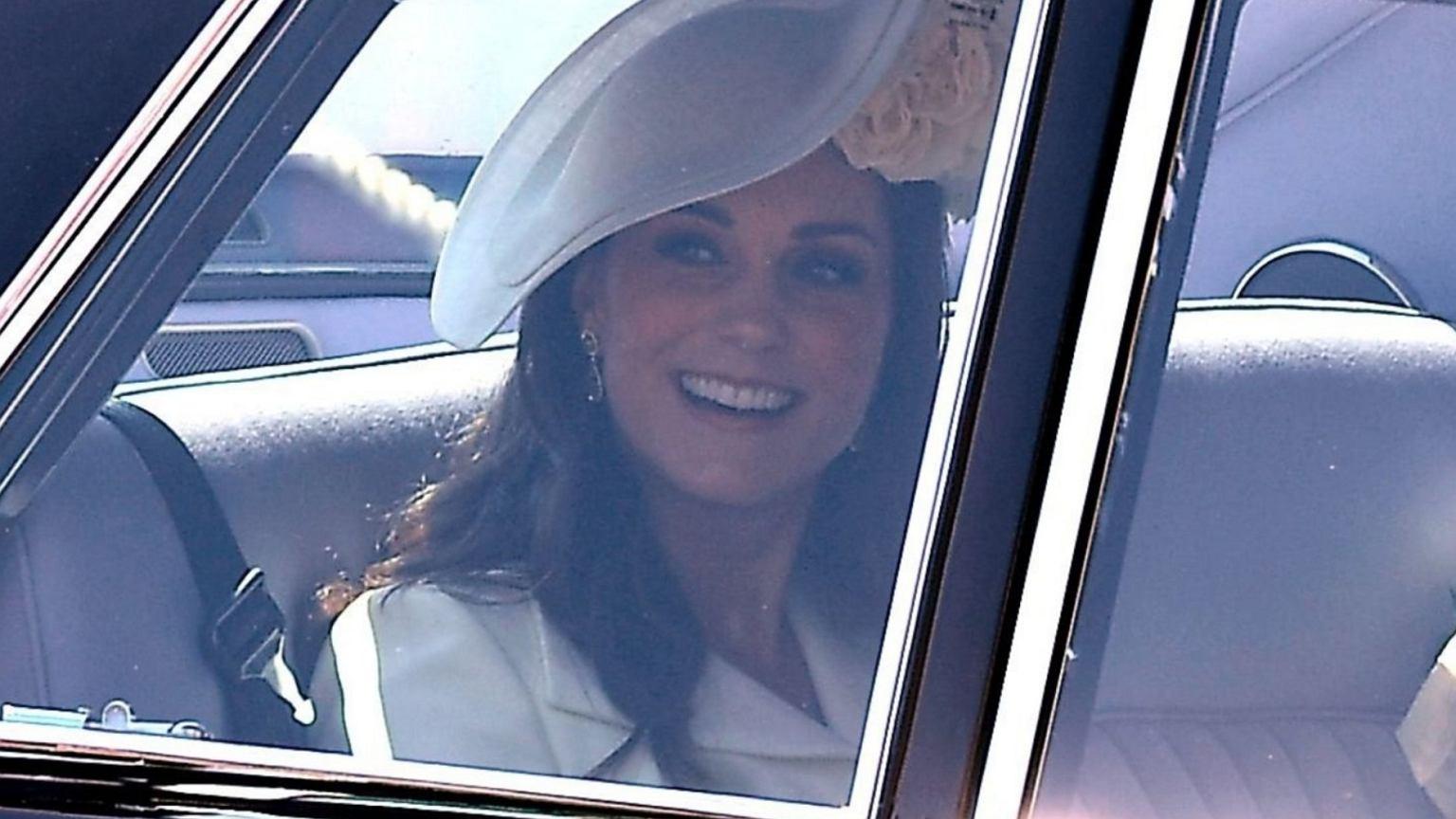 Księżna Kate dołączyła do gości. Jej kreacja jest dużym zaskoczeniem. Takiego stroju się nie spodziewaliśmy
