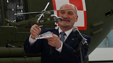Antoni Macierewicz w zakładach PZL Świdnik  - zdjęcie ilustracyjne