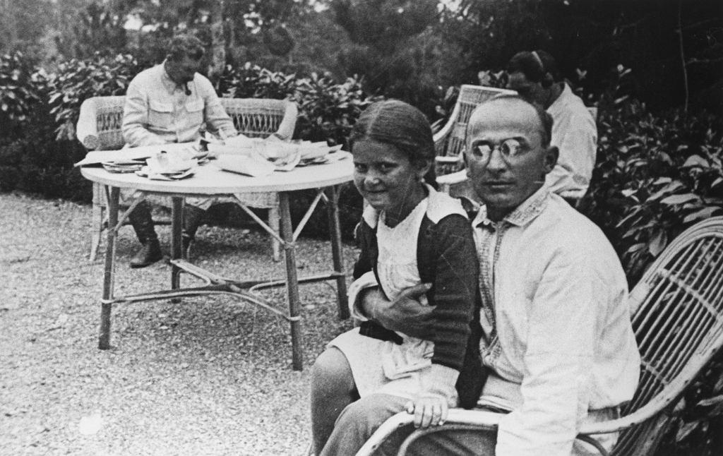Wrzesień 1935 r. Swietłana siedzie na kolanach szefa NKWD, Ławrentija Berji. W tle Stalin przy pracy (fot. Eastnews)