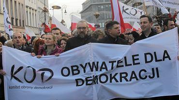 Z sondażu wynika, że większość Polaków solidaryzuje z KOD
