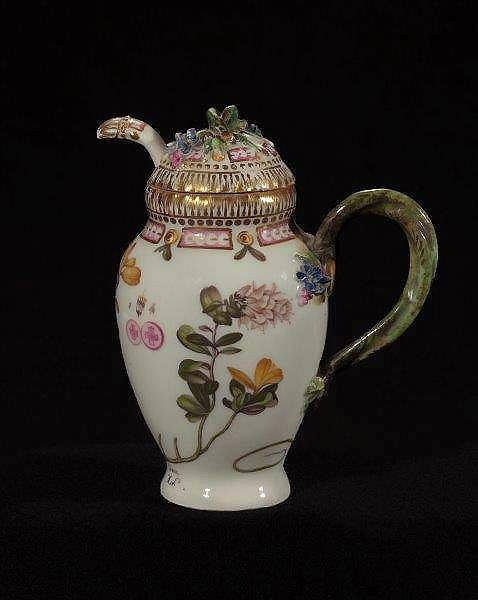 Naczynie do musztardy, porcelana Flora Danica, ok. 1880, dekoracja na naczyniu: Vaccinium vitis idæa (Borówka brusznica) / Mat. prasowe