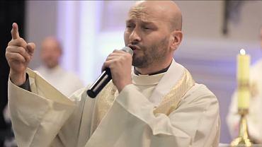 Ks. Paweł Sawiak rapujący na ślubie w Łodzi