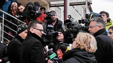 Adwokat Trynkiewicza Marcin Lewandowski (na zdjęciu z lewej, 11 lutego w Rzeszowie, przed spotkaniem z klientem w zakładzie karnym) uważa, że 1,5-godzinne badanie biegłych to za mało, by umieścić Trynkiewicza w specjalnym ośrodku