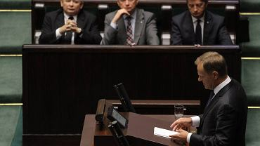 Donald Tusk i pierwsza ława PiS podczas debaty nad konstruktywnym wotum nieufności dla rządu Donalda Tuska