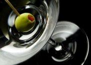 alkohol, Alkohole: historia dżinu, Drink Dry Martini podany z oliwką, drinki