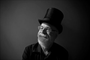 Terry Pratchett nie �yje. Mistrz fantasy zmaga� si� z alzheimerem, walczy� o prawo do eutanazji