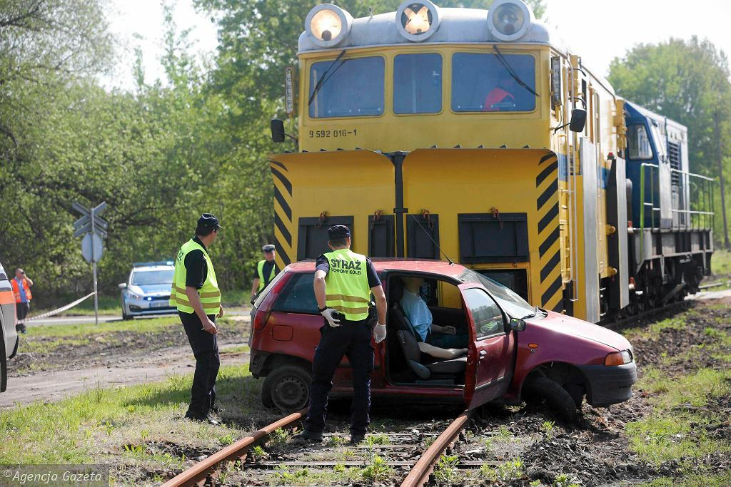 Zgrzyt miażdżonej blachy i fiat punto pchany po torach przez lokomotywę, która uderzyła w niego, gdy przejeżdżał przez tory. Gdyby ten wypadek wydarzył się naprawdę, życie kierowcy byłoby zagrożone. Na szczęście stłuczka była kontrolowana przez... uczelnię.