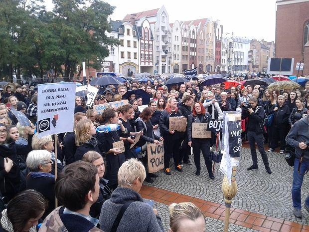 Czarny protest w Elblągu. Tłum kobiet na ulicach