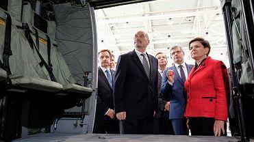Premier Beata Szydło i minister obrony Antoni Macierewicz w czasie wizyty w zakładach PZL Mielec produkujących blackhawki