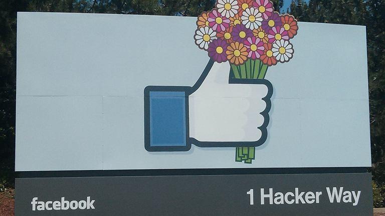 Przed wejściem na teren kampusu Facebooka umieszczony jest wielki znak