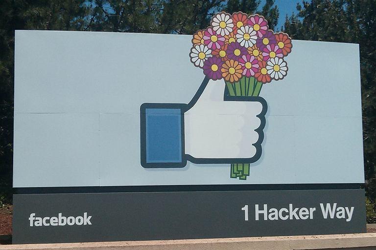 Przed wej�ciem na teren kampusu Facebooka umieszczony jest wielki znak