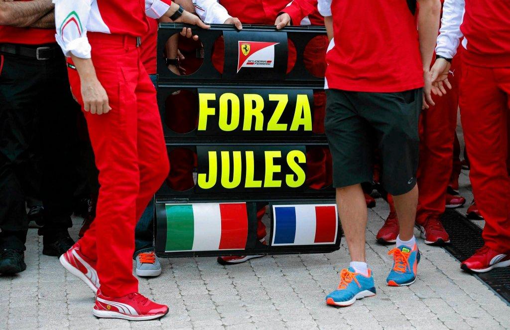 Członkowie zespołu Ferrari wspierają Julesa Bianchiego