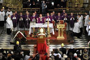 Tysiące wiernych szło w kondukcie żałobnym kard. Józefa Glempa