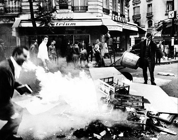 Studencka rewolta w Paryżu, maj 1968 r. Barykada ze śmieci na bulwarze Saint-Germain na lewym brzegu Sekwany
