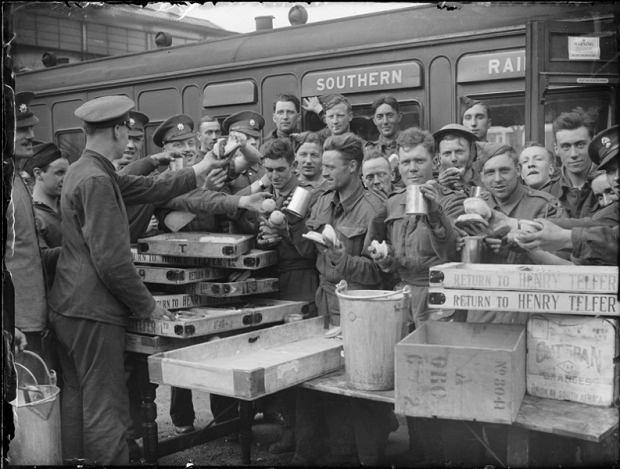 Wojska ewakuowane z Dunkierki piją herbatę na stacji Addison Road w Londynie, 31 maja 1940 roku.