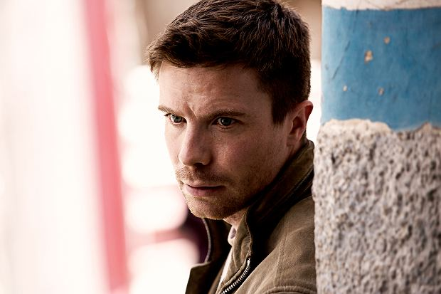 Joe Dempsie jako Harry Clark w 'Deep State'