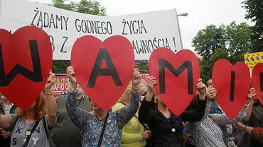 Manifestacja poparcia dla opiekunów osób z niepełnosprawnościami pod Sejmem