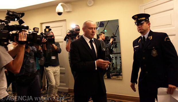 Generał Piotr Pytel - szef Służby Kontrwywiadu Wojskowego  w drodze na posiedzenie komisji do spraw służb specjalnych, sejm, 17 października 2014 r.
