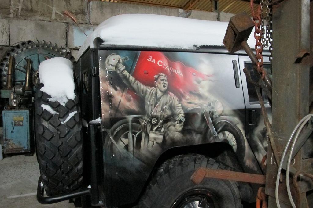 Co z tego że Mercedes Gelanda a nie Gazik? Wojenno-patriotycznymi scenami da się upiększyć każdy pojazd (fot. Lech Potyński)