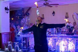 Żonglować butelkami potrafi chyba każdy barman. Ale żonglować pięcioma butelkami naraz, i do tego płonącymi, potrafią tylko dwie osoby na całej kuli ziemskiej. Jedną z nich jest Krzysztof Drabik z Bytomia