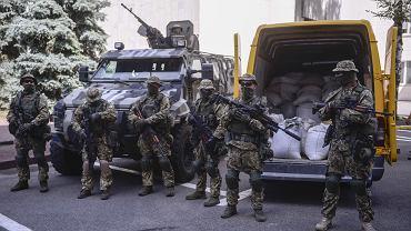 Ukraińska policja chwali się sukcesem: prezentacja przechwyconej bursztynowej kontrabandy przed siedzibą MSW w Kijowie
