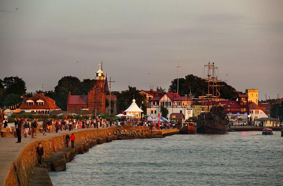 Ustka - widok na bulwar i kanał portowy