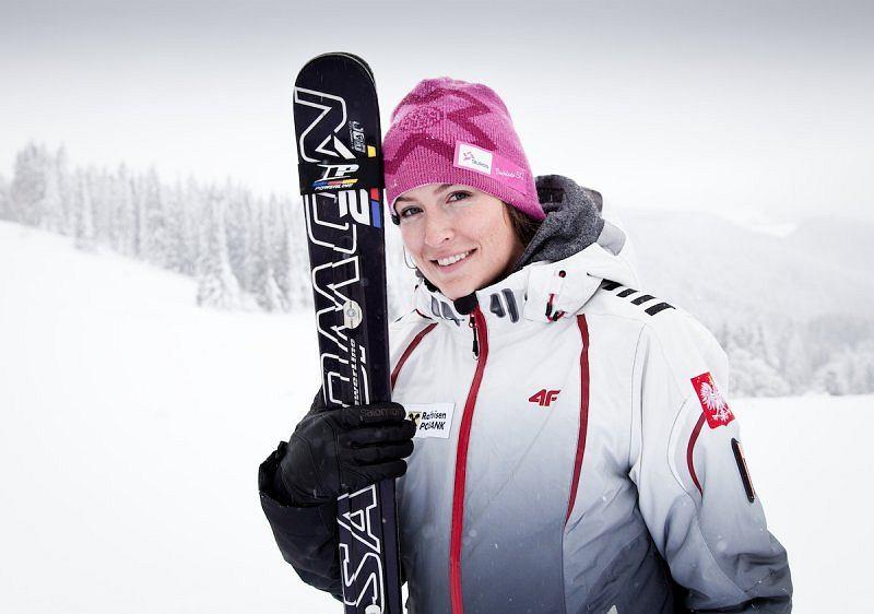 <b>Karolina Riemen-Żerebecka</b><br><b>Konkurencje:</b> skicross<br> Data ur.: 19 sierpnia 1988, Tuchów. Wzrost/Waga: 176 cm/71 kg. Klub: AZS AWF Katowice. Trener: Paulina Ligocka<br><b> Osiągnięcia:</b> ZIO Vancouver 2010: skicross - 16. MŚ - 2011: - 6.; 2013 - 10. PŚ - 2013/2014: Nakiska - 10.; Val Thovens - 17.; Innichen/San Candido - 8.; Are - 3