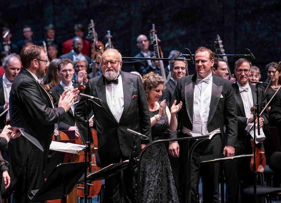Krzysztof Penderecki z dyrygentem Kentem Nagano po wykonaniu 'Pasji wg św. Łukasza' na Festiwalu w Salzburgu