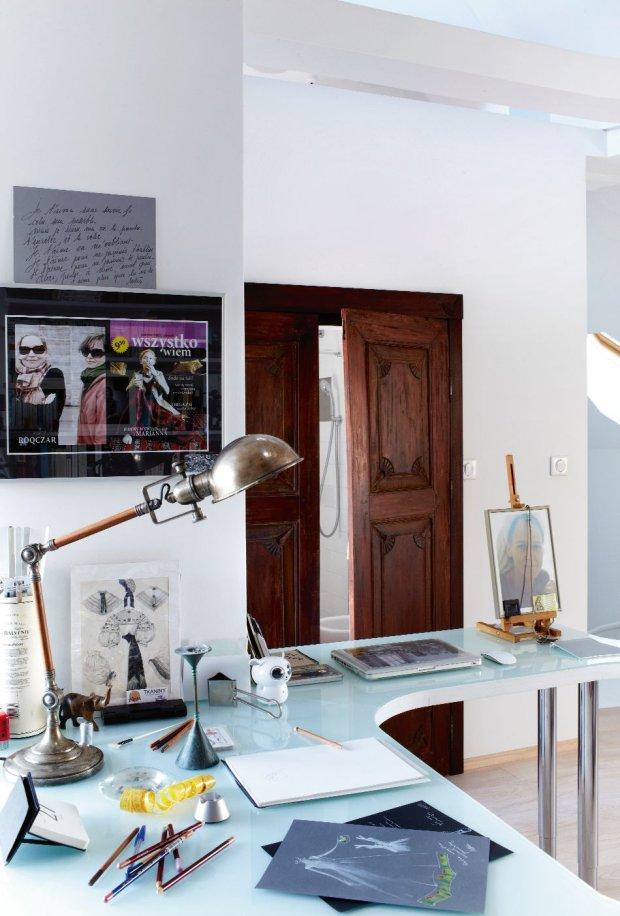 Na ścianie w pracowni zabawna pamiątka ? wykorzystana w sztuce Krystyny Jandy okładka fikcyjnego czasopisma. Na niej, uśmiechnięta Dorota Roqueplo reklamuje okulary Roqczar.