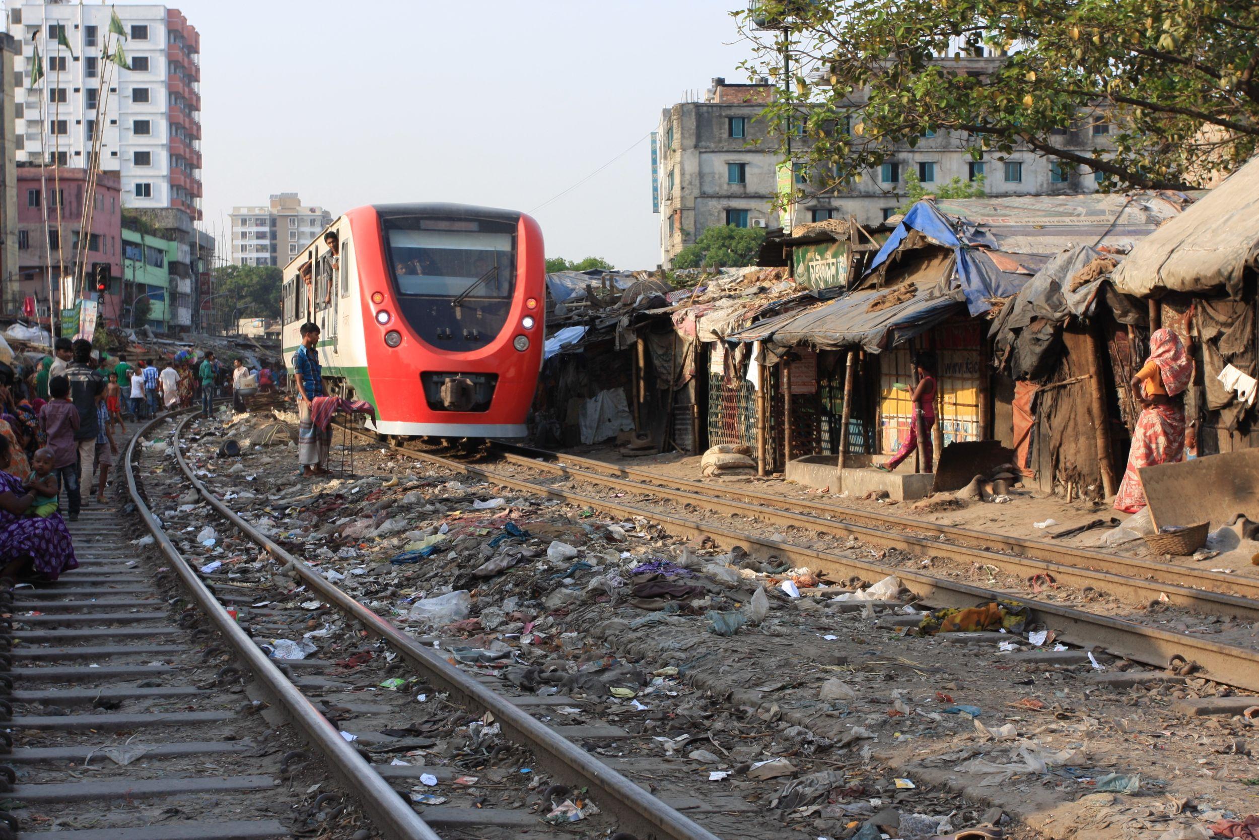 Na Wyspie jest ubóstwo. Prawdziwa bieda mieszka w Dhace przy torach kolejowych (fot. Marek Rabij)