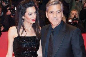 George i Amal Clooney najpiękniejszą parą na festiwalu filmowym w Berlinie. Amal miała na sobie kreację z 1981 roku [DUŻO ZDJĘĆ]