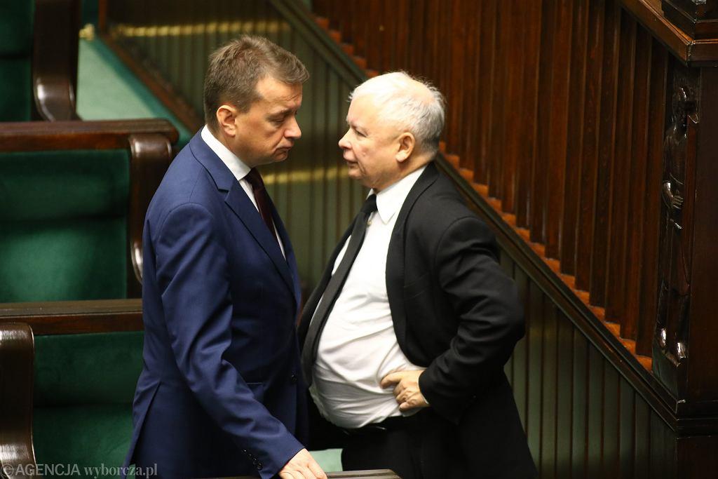 Prezes PiS Jarosław Kaczyński i jego podwładny, minister spraw wewnęterznych w rządzie PiS Mariusz Błaszczak podczas 47. posiedzenia Sejmu VIII Kadencji. Warszawa, 12 września 2017