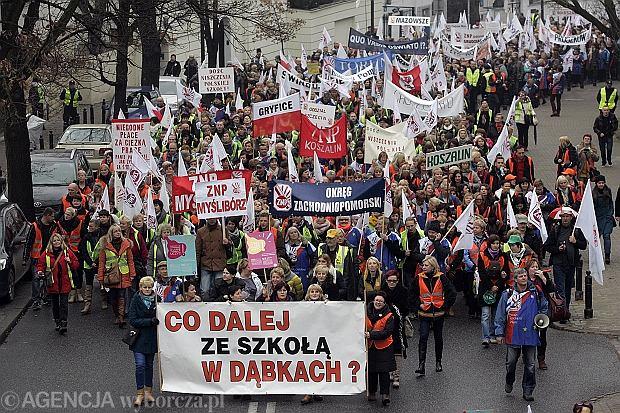 """18 tys. nauczycieli protestowa�o w Warszawie. """"Duchu �wi�ty o�wie� MEN, bo nie wie, co czyni"""""""
