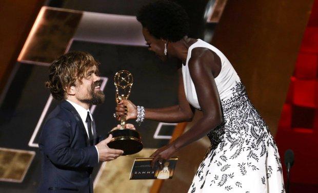 """Emmy 2015. """"Gra o tron"""" to wreszcie najlepszy serial dramatyczny roku! Przerwana też dobra passa """"Współczesnej rodziny"""""""