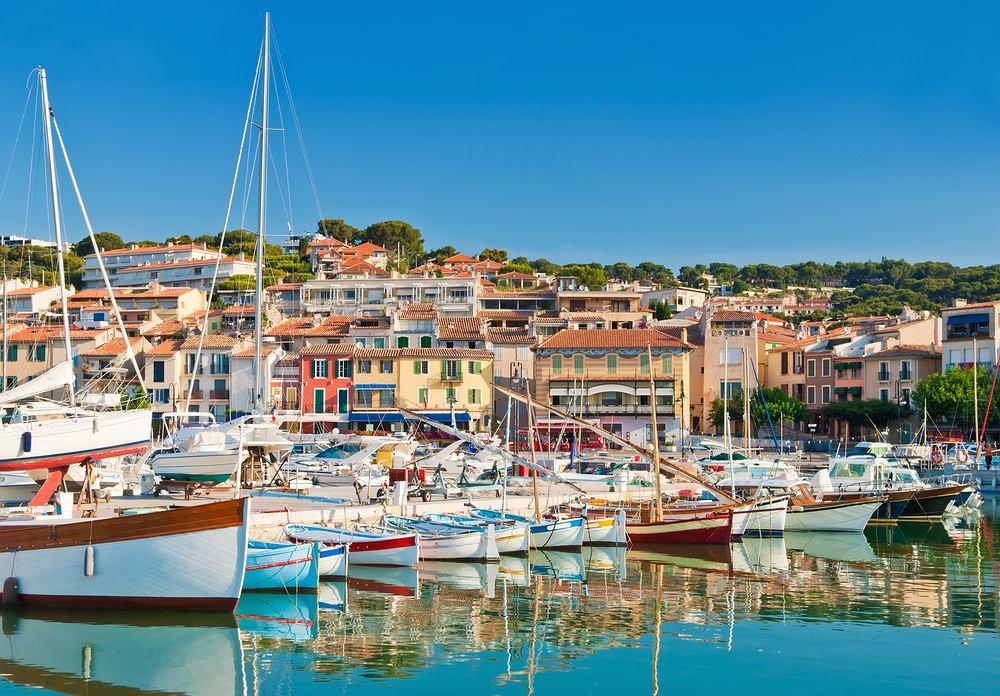 Cassis, Francja. Cassis to urocze portowe miasteczko nad Morzem Śródziemnym, które przyciąga spokojem oraz piękną architekturą. Cassis zachowało urok południowej Francji. Port otaczają kolorowe kamienice, a w plątaninie wąskich uliczek ukrywają się dziesiątki klimatycznych knajpek.