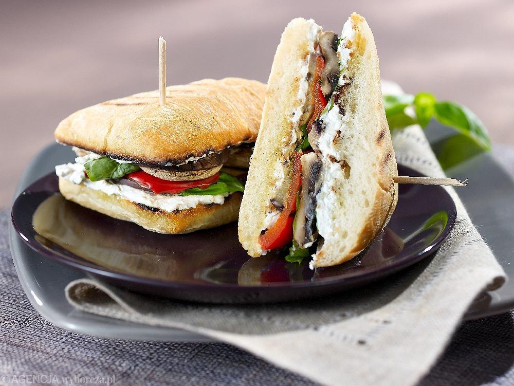 Kanapki z serem i grillowanymi warzywami