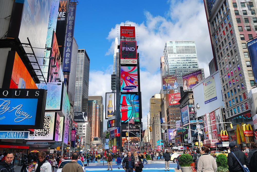 Prestiżowy amerykański magazyn Travel&Leisure opublikował zastawienie najczęściej odwiedzanych atrakcji turystycznych na świecie. Atrakcje zostały wytypowane dzięki dokumentacji prowadzonej przez poszczególne miejsca, danym pochodzącym ze statyk branżowych, rządowych i innych. Liczba odwiedzających odnosi się do roku 2010, w niektórych przypadkach do 2009. Które z tych atrakcji odwiedziliście osobiście?    Times Square w Nowym Jorku to najczęściej odwiedzane miejsce na świecie. Rozświetlony neonami plac podziwia rocznie aż 39,200,000 osób.
